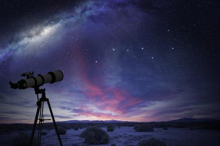 그레이트 베어 별자리와 은하수를보고있는 사막의 망원경 스톡 콘텐츠