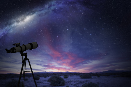 telescoop in de woestijn kijken naar de Great Bear constellatie en de melkweg Stockfoto