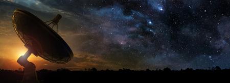 Radiotelescopio al amanecer de una noche estrellada, ilustración 3d Foto de archivo - 88965848