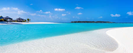 view of a tropical beach on a turquoise water lagoon in the Maldives with white sand and coconut trees Standard-Bild