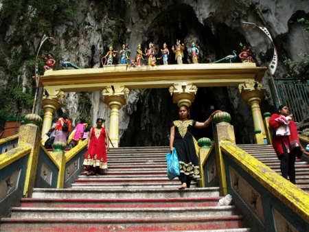 Batu caves, Kuala Lumpur, Malaysia, January 30, 2016: People going down and up the stairs of the Batu Caves. Malaysia 新聞圖片