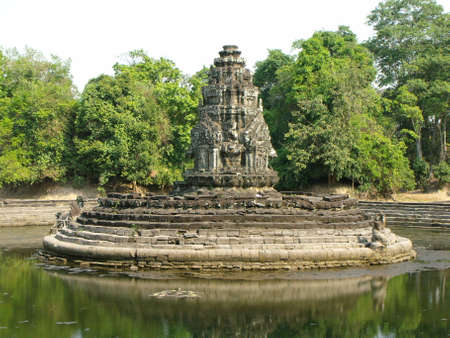 Siem Reap, Cambodia, April 8, 2016: Neak Poun monument surrounded by water in the Khmer temple complex of Angkor 新聞圖片