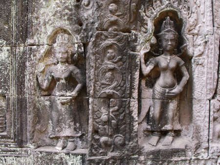 Siem Reap, Cambodia, April 8, 2016: Figures of women at the entrance to a temple in the Khmer temple complex of Angkor 新聞圖片