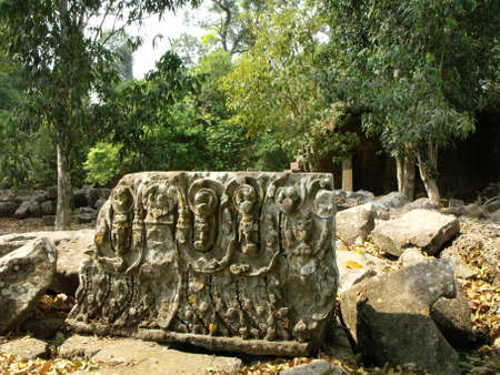 Siem Reap, Cambodia, April 8, 2016: Ruins of a carved stone wall in one of the temples in the Khmer temple complex of Angkor 新聞圖片