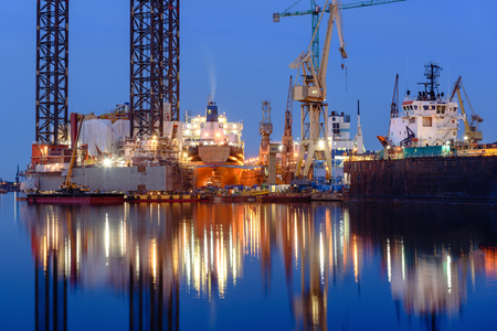 Lbohrinsel in der Werft von Danzig nachts angedockt. Polen Standard-Bild - 100275744