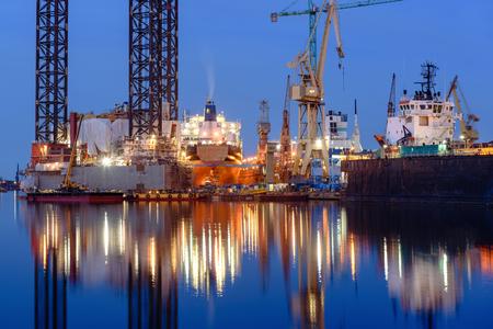 Oil rig docked in shipyard of Gdansk at night. Poland 版權商用圖片