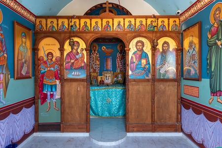 RHODOS, GRIECHENLAND - 18. Mai 2018: Innenraum der typisch griechisch-orthodoxen Kapelle am Meer. Kolymbia Dorf, Griechenland Editorial