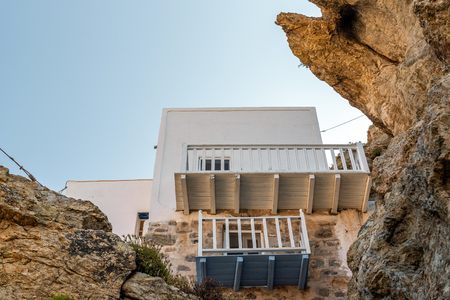Typical Greek house located on the slopes of the rock. Serifos, Greece 新聞圖片