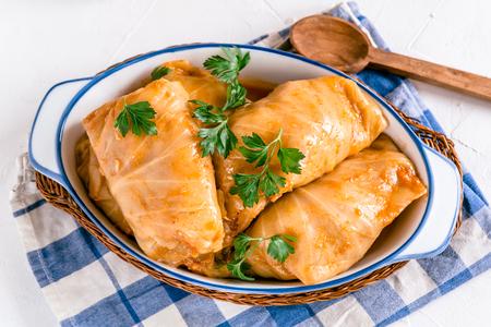 Rollitos de col rellenos con arroz y carne en salsa de tomate