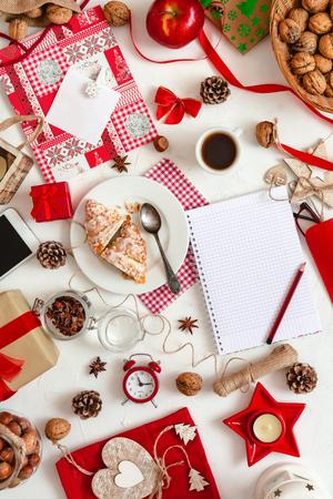 Décorations de Noël sur fond blanc, vue de dessus. Divers objets de Noël. Espace de copie. Banque d'images