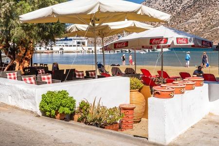 SIFNOS, GREECE - September 10, 2018: Traditional Greek tavern along seaside promenade. Sifnos island, Greece 新聞圖片