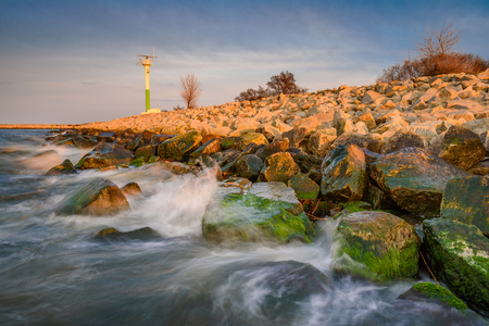 Sea waves crashing against the rocks in Gorki Zachodnie, Baltice Sea, Gdansk, Poland. 免版税图像