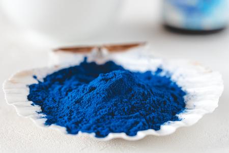 Blue Spirulina algae powder, healthy dietary supplement. Фото со стока