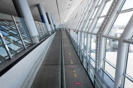 MALLORCA, SPANIEN - 5. Mai 2019: Moderne Architektur im Inneren des Flughafens Palma auf Mallorca.