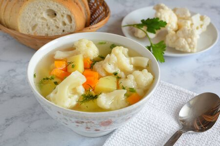 Cauliflower soup with fresh vegetables in a bowl. Standard-Bild