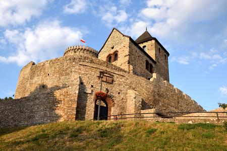 BĘDZIN, POLSKA-15 lipca 2019: Średniowieczny zamek w Będzinie w południowej Polsce. Kamienna fortyfikacja pochodzi z XIV wieku. Europa