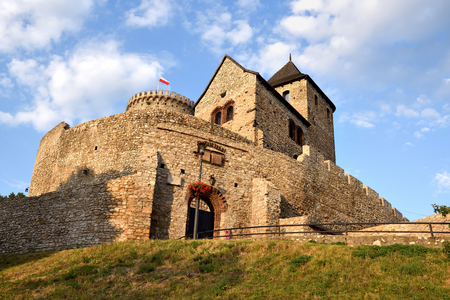 BEDZIN, Polen - 15. Juli 2019: Mittelalterliche Burg Bedzin im Süden Polens. Die steinerne Befestigung stammt aus dem 14. Jahrhundert. Europa