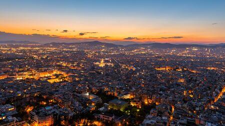 Blick über Athen bei Nacht vom Lycabettus-Hügel, Griechenland.