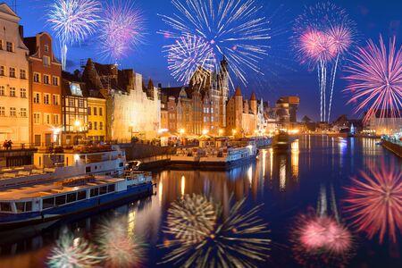 Feux d'artifice de bonne année sur la vieille ville de Gdansk. Pologne, Europe Banque d'images