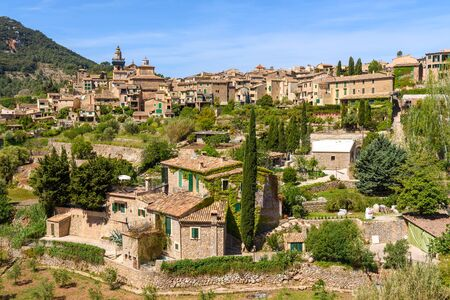 Valldemossa, rural town in an idyllic valley in the midst of the Tramuntana mountains of west Mallorca. Baelaric islands, Spain Banque d'images