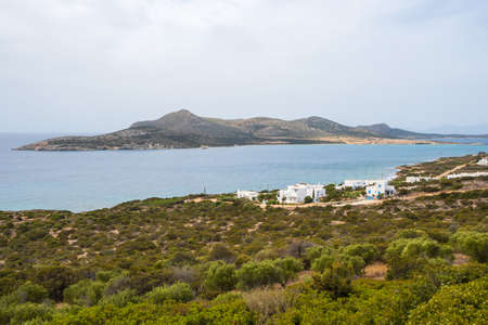 Beautiful coast of Antiparos with a view of Despotiko island in background. Cyclades, Greece 免版税图像