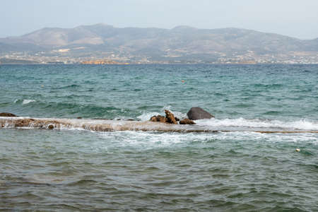 Azure waters of Soros beach on Antiparos Island. Cyclades, Greece 免版税图像