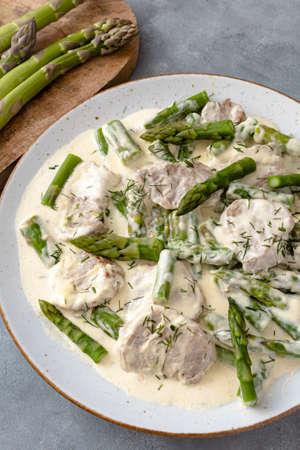 Pork tenderloin with asparagus in a cream sauce Standard-Bild