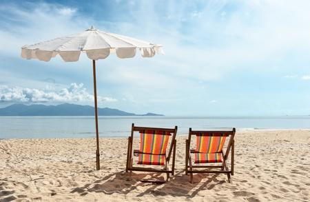 Stühle am Strand in der Nähe mit Blick aufs Meer Standard-Bild - 10507589