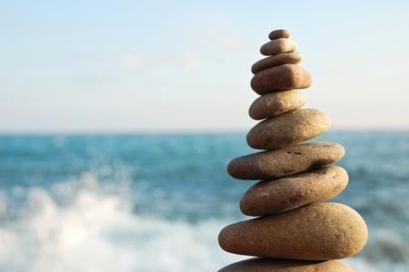 조약돌 해변에 돌 탑