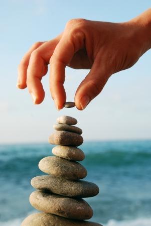 Balanced Stones Pila de piedras volcánicas en la costa Foto de archivo