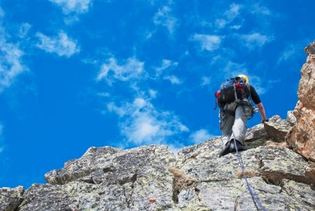 Extreem Climber deporte en la cima de la montaña Foto de archivo