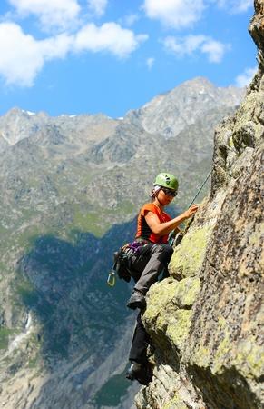 escalando: El escalador durante la conquista de rock Foto de archivo