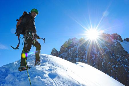 montañas nevadas: Deporte extremo. Caminantes solitarios en las montañas de invierno Foto de archivo