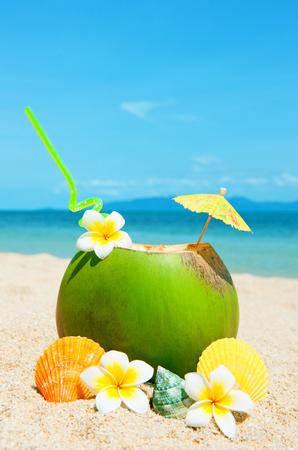 noix de coco: Coconut cocktail sur la plage tropicale Banque d'images