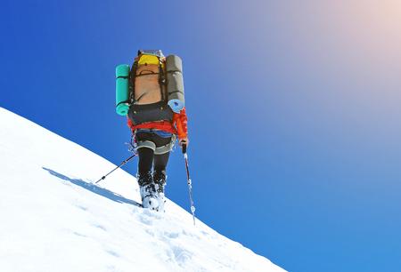 montañas nevadas: Escalador en las montañas nevadas