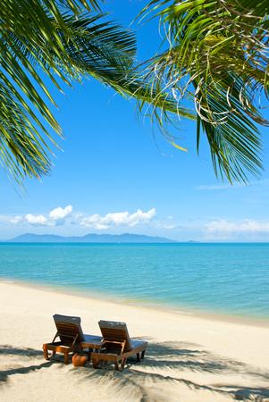Stühle auf dem schönen Sandstrand in der Nähe von Meer Standard-Bild - 47451851
