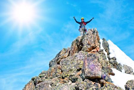 trepadoras: Un escalador en la cima. concepto de deporte extremo Foto de archivo