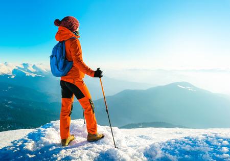 escalando: Senderismo en las montañas. concepto de deporte activo Foto de archivo