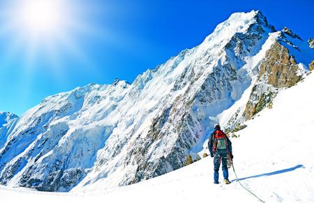 trepadoras: deporte alpinista. Un escalador llegar a la cima de la montaña
