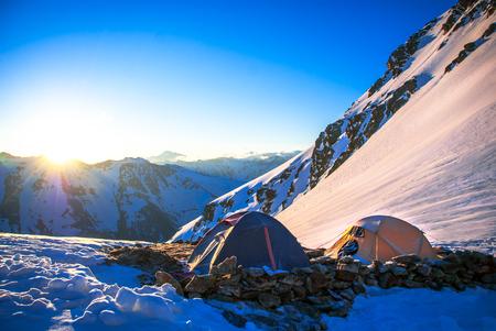 Acampada en tienda en el monte Everest. concepto de deporte extremo Foto de archivo