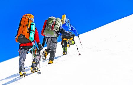 Groep van wandelaars in de bergen. Extreme sport concept Stockfoto