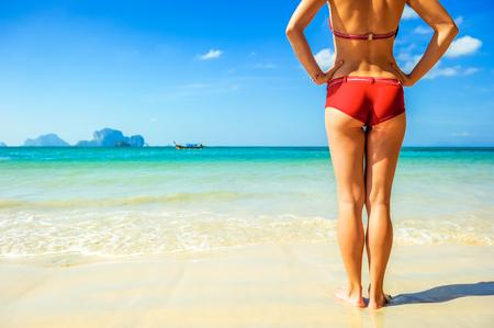 grosse fesse: Jeune femme belle se d�tendre sur la plage. concept de vacances Banque d'images
