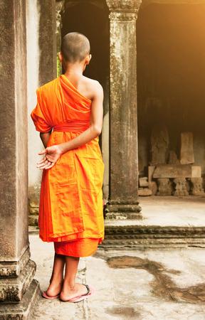 limosna: Southeast Asian young little Buddhist monks Foto de archivo