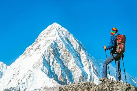 ハイカーのバックパックと山の頂上に達する。成功、自由、幸福、山で達成。アクティブ スポーツ コンセプト。