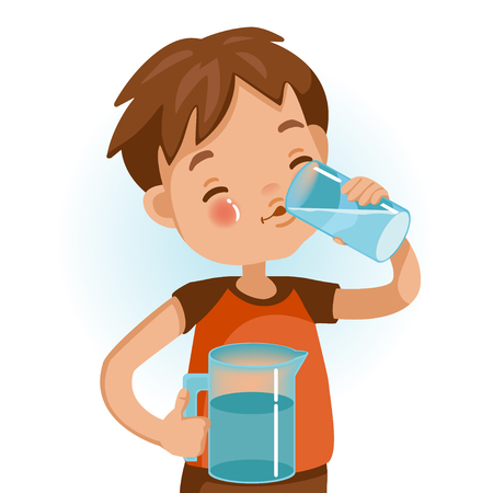 Chico lindo en camisa roja con vaso de agua potable para niños. Sonríe emocionalmente. Conceptos saludables y crecimiento en nutrición infantil.