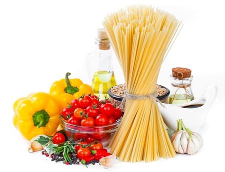 italienisches essen: Die Zusammensetzung der Teigwaren und Gem�se auf einem wei�en Hintergrund
