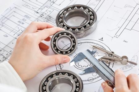 strumenti e meccanismi di dettaglio sullo sfondo di disegni tecnici