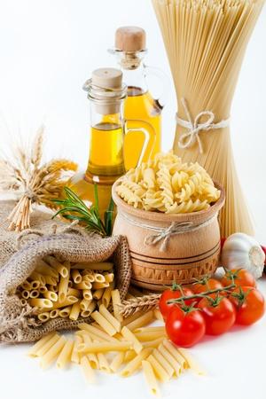 makarony: Skład makaronu i warzyw na białym tle