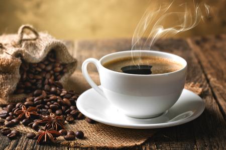 ブラック コーヒー、豆のカップ