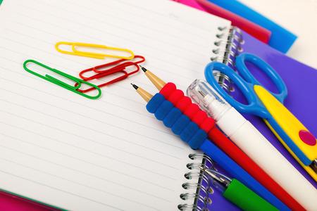 mochila escolar: Volver a la pizarra de la escuela con pencilbox y material escolar en la mesa Foto de archivo
